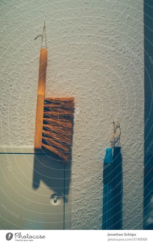 Handbesen zum kehren und Besenstiel hängen an der Wand in einer Abstellkammer Sauberkeit Kehren Reinigen dreckig Menschenleer Farbfoto Arbeit & Erwerbstätigkeit
