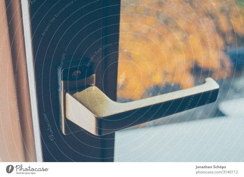 Fenstergriff am Fenster mit Blick nach draußen Büro Innenbereich Arbeitsplatz Heimarbeitsplatz Homeoffice Arbeit & Erwerbstätigkeit Fensterblick Quarantäne