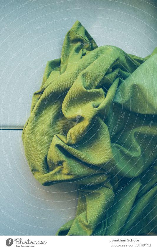 grüner Vorhang zusammengeknüllt auf dem Tisch und Fensterbank falten faltig Stoff Textil Gardine Fensterbrett Licht Schatten Innenaufnahme Häusliches Leben
