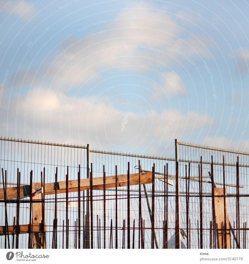 Geschichten vom Zaun (XXVII) Arbeit & Erwerbstätigkeit Arbeitsplatz Baustelle Handwerk Bauzaun Lagerplatz Himmel Wolken Hamburg Sicherheit Schutz Leben Ausdauer