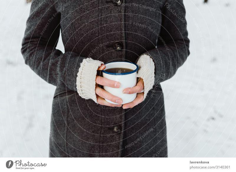 Frauenhände mit weißer Emailschale und heißem Getränk laufen Spaziergang wandern Junge Frau Hand Morgen Koffein Halt Tasse Becher Frühstück Finger Pullover