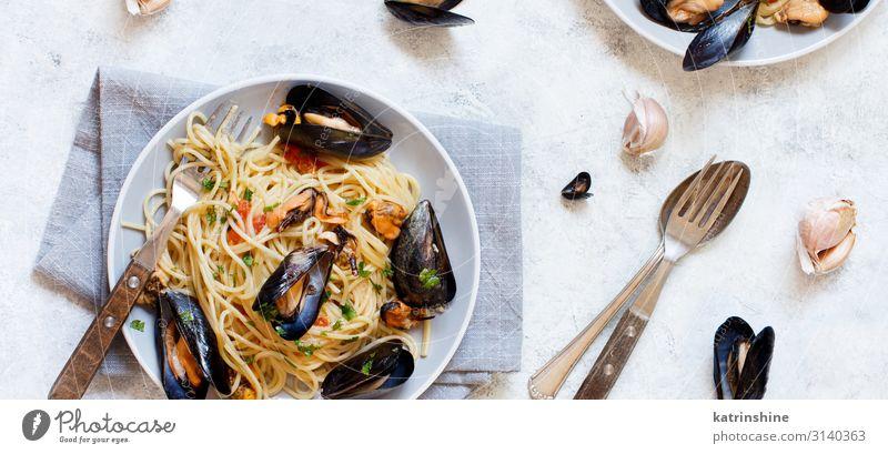 Spaghetti mit Muscheln und Tomaten Meeresfrüchte Mittagessen Teller Gabel Löffel Restaurant frisch lecker Spätzle Italienisch Negativraum Textfreiraum