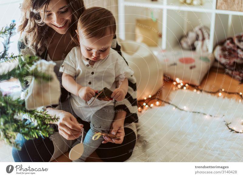 Mutter und Baby spielen um den Weihnachtsbaum Weihnachten Familie Baum Latein hispanisch Glück neu Jahr Kind Tochter Feiertag Frau Mama Raum heimwärts schön