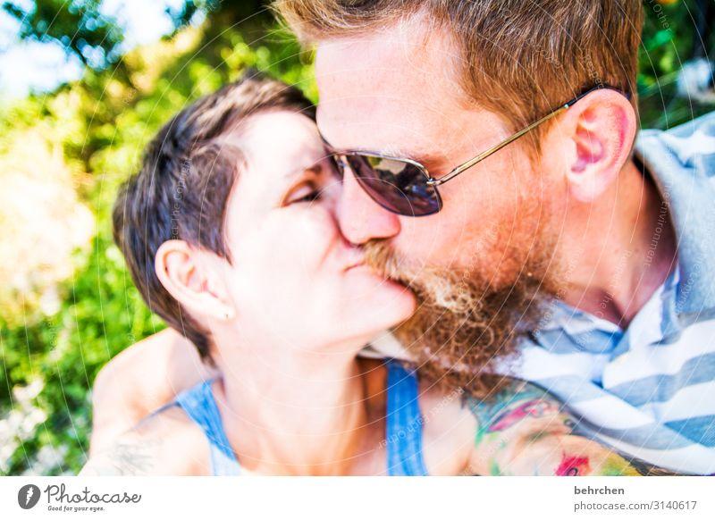 liebe| küssendes paar Mann Frau Zuneigung Sonnenbrille Außenaufnahme Haut Erwachsene Familie & Verwandtschaft Mund Lippen Nase Gesicht Zufriedenheit Vertrauen