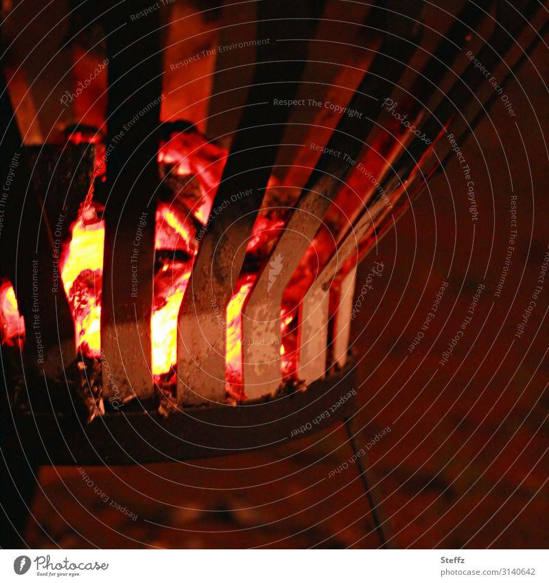 noch etwas Glut Natur Erholung Wärme gelb Garten orange braun Stimmung Romantik Energie Feuer Urelemente heiß Abenddämmerung brennen Blech