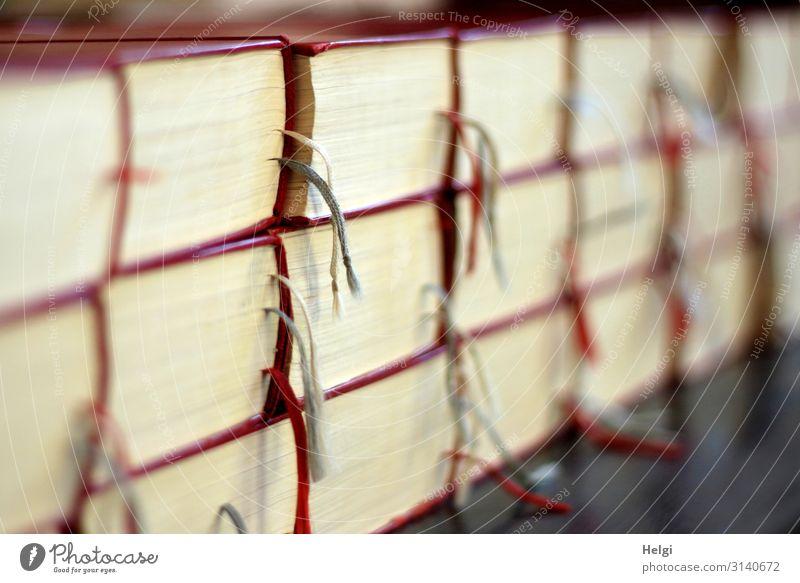 Nahaufnahme vieler gestapelter Liederbücher mit Markierungsbändern in einer Kirche Dom Linie Schnur liegen authentisch außergewöhnlich einzigartig grau rot weiß