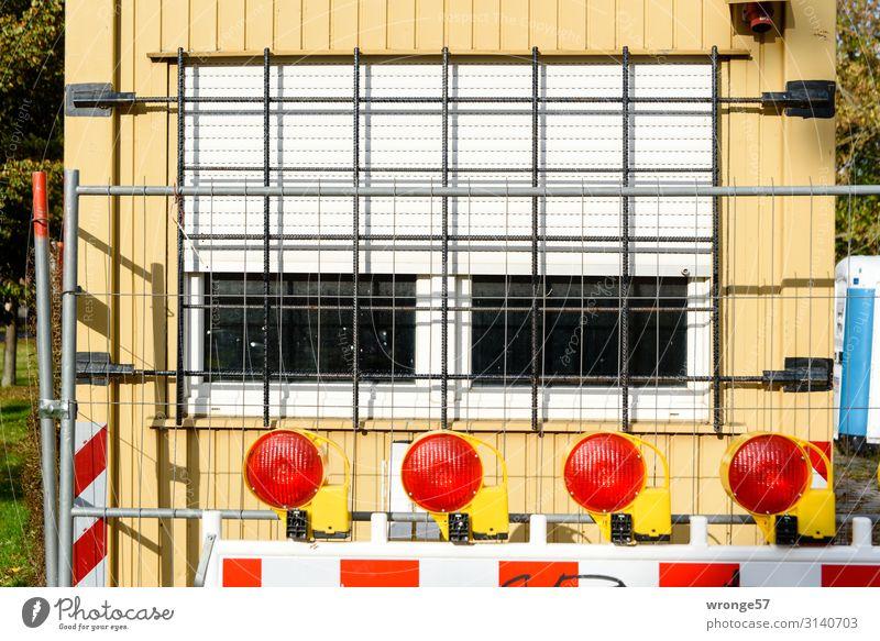 Hinter Gittern I Stadt rot Fenster gelb Wand Mauer grau Häusliches Leben Baustelle Sicherheit Barriere Arbeitsplatz Container Rollladen Bauzaun