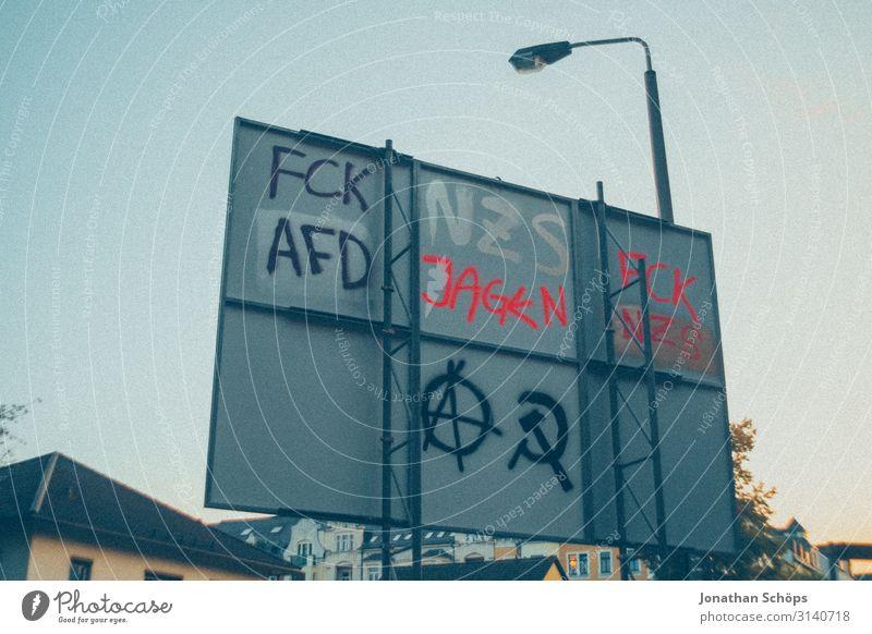 Straßenschild mit politischen Tags Dorf Kleinstadt Stadt Stadtrand hässlich schuldig Misstrauen Hochmut uneinig Verachtung Wut Ärger gereizt Feindseligkeit