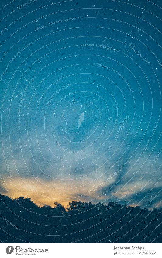 analoger Nachthimmel mit Staub und Kratzer als Hintergrundbild Film scan dreckig alt blauer Himmel Ausblick Fensterblick Spuren Menschenleer Lomografie Farbfoto