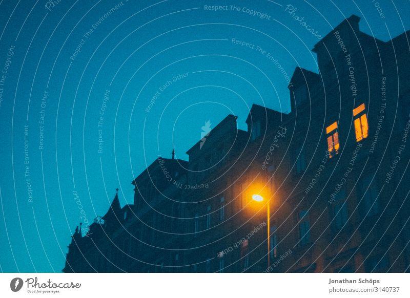 düsteres Haus bei Nacht mit beleuchteten Fenstern wohnen Beleuchtet erleuchtet Mehrfamilienhaus Miete Nachtstimmung Nachtaufnahme bewohnt Halloween gruselig