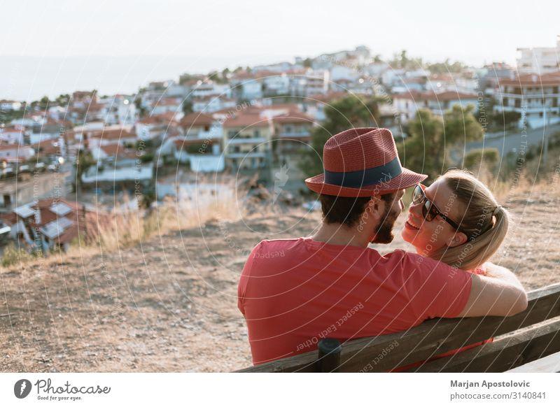 Junges verliebtes Paar genießt den Blick auf die Stadt und den Sonnenuntergang Lifestyle Freude Freizeit & Hobby Ferien & Urlaub & Reisen Tourismus Sommer