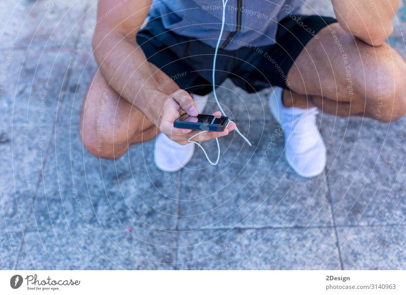 Nahaufnahme eines Laufenden Mannes mit einer intelligenten Uhr Lifestyle Körper Erholung Dekoration & Verzierung Musik Sport Joggen Telefon Handy Bildschirm