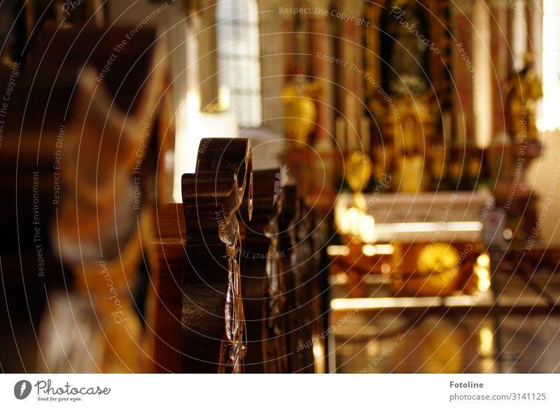 Kirche Dorf Menschenleer Haus Bauwerk Gebäude Architektur Sehenswürdigkeit alt ästhetisch glänzend braun gelb weiß Kirchenbank Schnitzereien Handwerk Altar