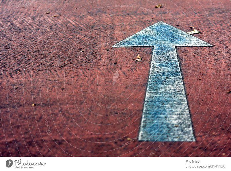 jraaduss Zeichen rot weiß Pfeil Orientierung Richtung richtungweisend vorwärts Wege & Pfade dreckig Verkehrszeichen aufwärts positiv geradeaus Menschenleer