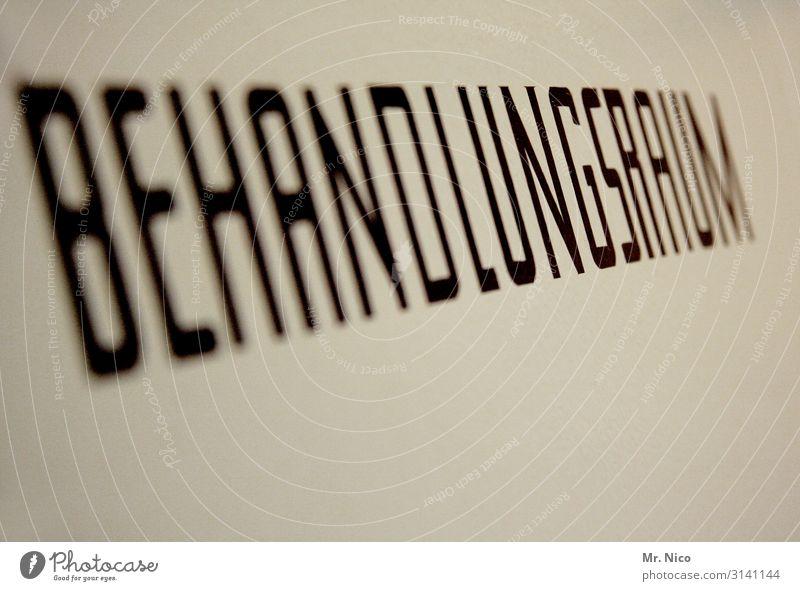 Behandlungsraum Arbeit & Erwerbstätigkeit Arbeitsplatz Krankenhaus schwarz weiß Behandlungszimmer Gesundheit Operation Operationssaal Typographie Schriftzeichen
