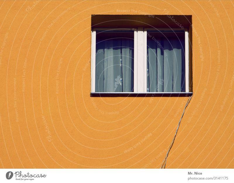 Verbindung zur Außenwelt Dorf Stadt Haus Einfamilienhaus Gebäude Mauer Wand Fenster gelb Gardine Kabel Draht Verbindungstechnik Leitung Kommunizieren Altbau