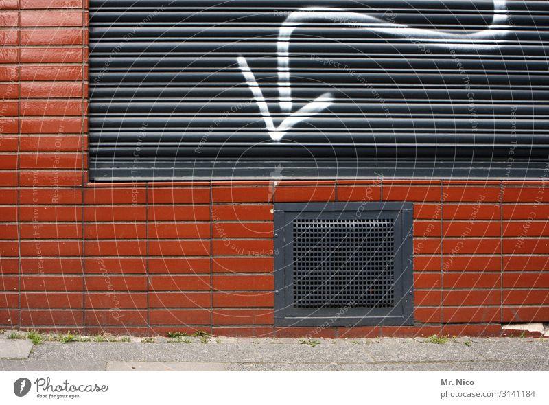 folgendes Haus Mauer Wand Fassade Fenster trist Kellerfenster Pfeil Richtung Rollladen geschlossen Gitter Wohnung Bürgersteig unterirdisch Gebäude Architektur