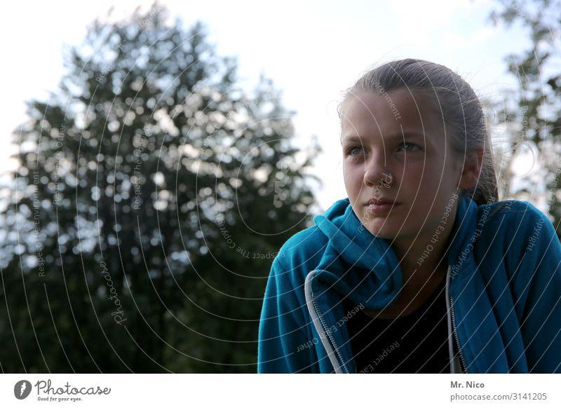 innehalten Mensch Jugendliche Junge Frau blau schön Landschaft Baum Einsamkeit ruhig natürlich Traurigkeit feminin Park nachdenklich einzigartig beobachten