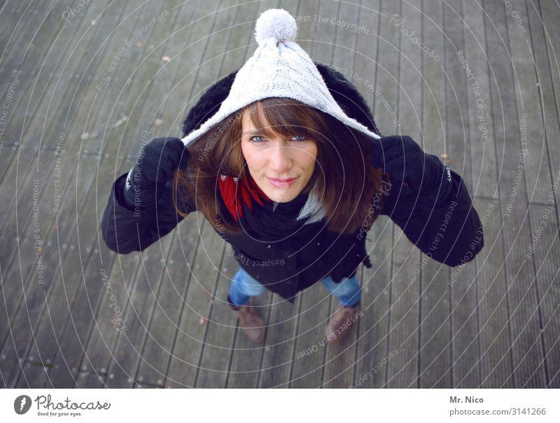 zieh dich warm an Lifestyle Stil feminin Junge Frau Jugendliche 1 Mensch 18-30 Jahre Erwachsene Mode Bekleidung Mantel Handschuhe Mütze brünett langhaarig