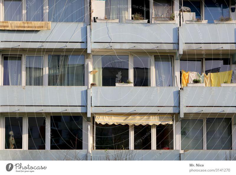 Suchbild Stadt Haus Hochhaus Gebäude Architektur Fenster Mittelstand Skelett Wäscheleine Wäsche waschen Mehrfamilienhaus Nachbar Wohnung Wohnungssituation