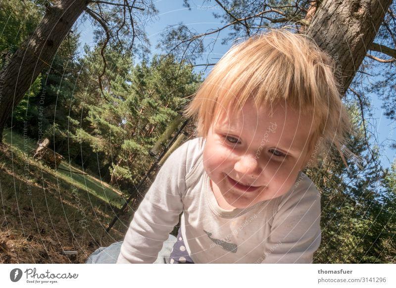 ausgelassen Spielen Sommerurlaub Sonne Kind Mensch feminin Kleinkind Mädchen Kopf Gesicht 1 1-3 Jahre Garten Park Wiese knien krabbeln Lächeln lachen toben