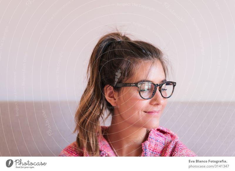 Porträt einer schönen jungen Frau in den 20er Jahren Lifestyle Freude Gesicht Wellness Erholung Sofa Mensch feminin Junge Frau Jugendliche Erwachsene 1