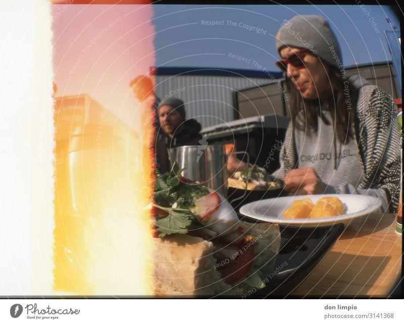 lunch Mensch Stadt Foodfotografie Essen Menschengruppe Zusammensein Freundschaft Ernährung retro sitzen Gastronomie Frühstück wählen analog Mittagessen