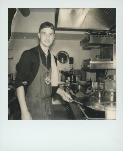 ...alles geben Ernährung Küche Essen Praktikum Handwerk Gastronomie Mensch maskulin Junger Mann Jugendliche 1 18-30 Jahre Erwachsene Engel Glück schwarz weiß