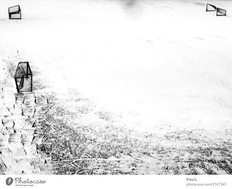 3 Tore weiß Winter schwarz Schnee Sport grau Wetter trist leer warten Fußballplatz Ballsport Fußballtor
