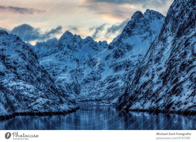 Natur blau schön weiß Landschaft Winter Berge u. Gebirge Schnee Küste Felsen wandern Europa Insel Abenteuer Gipfel Klettern
