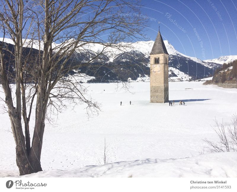 Kirchturm im zugefrorenen und verschneiten Reschensee in Südtirol Ferien & Urlaub & Reisen Tourismus Winter Schnee Winterurlaub Berge u. Gebirge Mensch