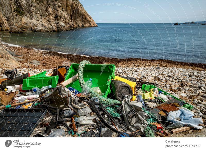 Plastik Trash 2020   Angeschwemmter Plastikmüll an einem idyllischem Strand Müll Behälter Seile Kisten Folie Meer Bucht Treibgut angeschwemmt