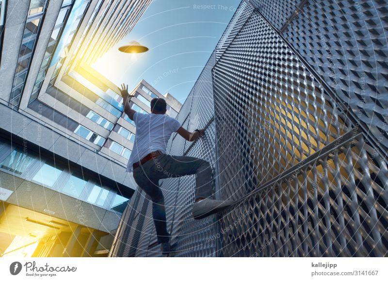 sie kommen in frieden Mensch Stadt Architektur Gebäude Fassade fliegen maskulin Hochhaus Luftverkehr Zukunft Flugzeug bedrohlich Information Bauwerk Weltall