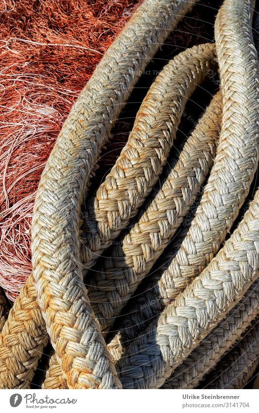 Schiffstau vor Fischernetz Tau Seil geflochten Netz Fischfang Fischerei Fischwirtschaft Schifffahrt Sardinien Muster Farbfoto Außenaufnahme Fischereiwirtschaft
