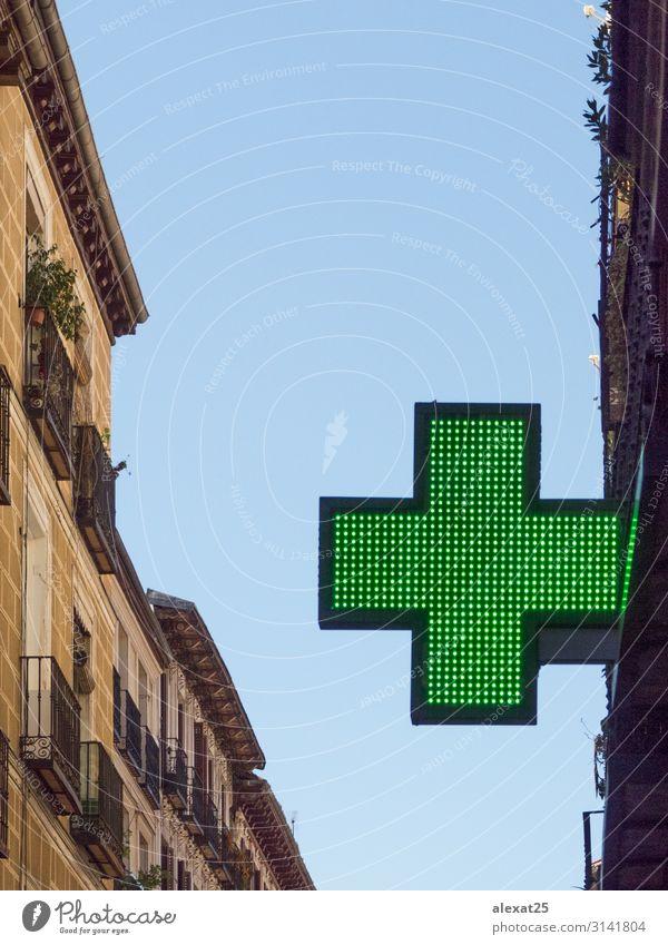 Grünes Kreuz in einem Gebäude kaufen Design Behandlung Medikament Arzt Straße grün Unterstützung Pflege Textfreiraum durchkreuzen Kur Drogerie Notfall Gerät