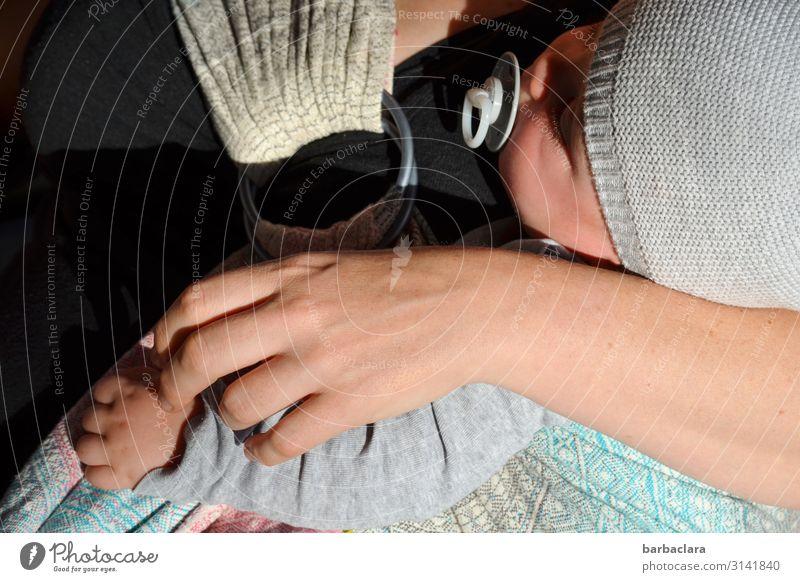 Hautsache | Körperkontakt maskulin feminin Baby Mutter Erwachsene Hand 2 Mensch Babytragetuch Mütze Schnuller schlafen tragen kuschlig niedlich Gefühle