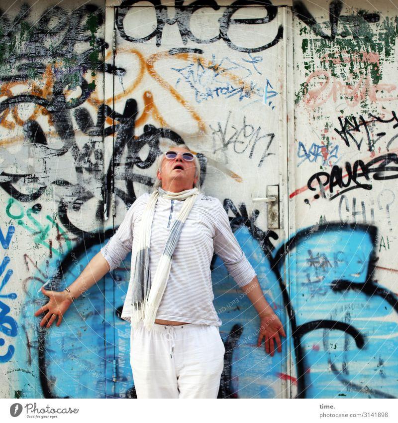 Divo Rolfo fragt sich, wie es oben wohl weitergeht maskulin Mann Erwachsene 1 Mensch Gebäude Mauer Wand Tür T-Shirt Hose Sonnenbrille Schal grauhaarig