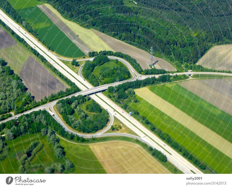 Autobahn-Ausfahrt... Straße Verkehr Fernverkehr Verkehrswege fahren Straßenbau Infrastruktur Wald Feld Umwelt grün Autofahren Straßenverkehr Farbfoto