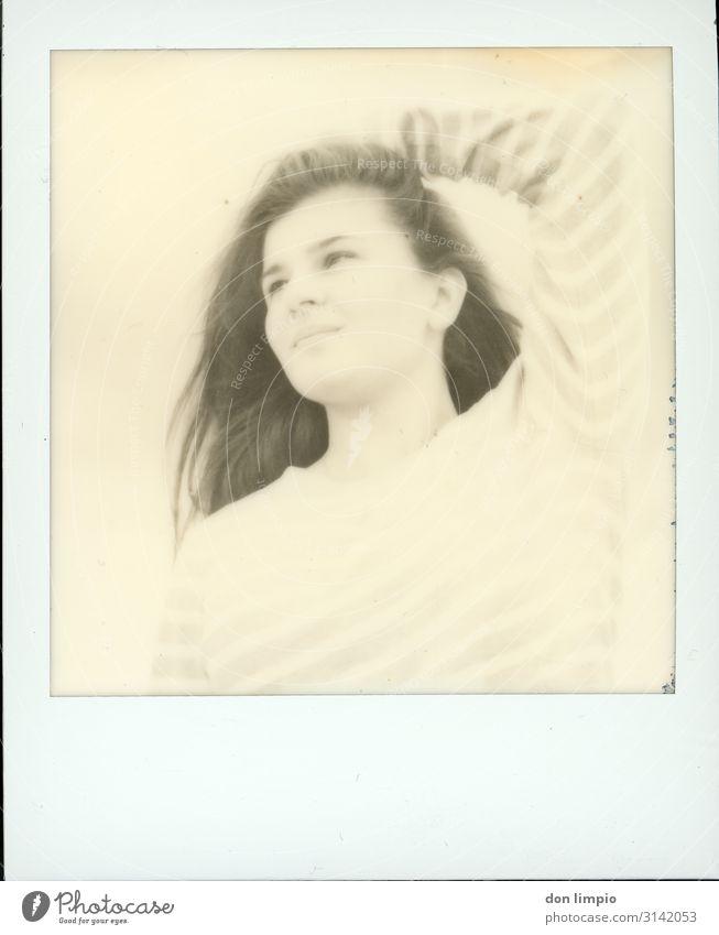 let's try... feminin Junge Frau Jugendliche Kopf 1 Mensch 18-30 Jahre Erwachsene warten Polaroid Schwarzweißfoto Außenaufnahme Textfreiraum unten High Key