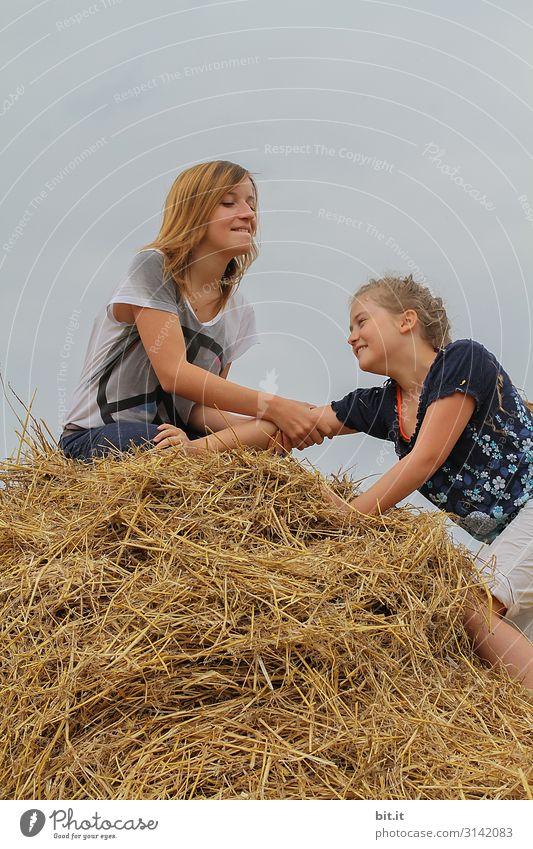 Warte, ich helf dir hoch.... Spielen Ferien & Urlaub & Reisen Abenteuer Mensch feminin Kind Mädchen Junge Frau Jugendliche Geschwister Schwester