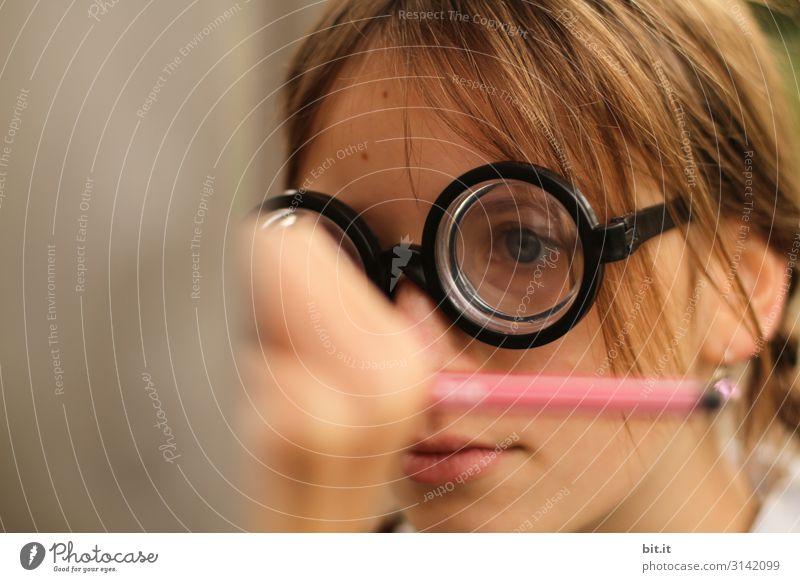 Kurzichtiges, weitsichtiges, lustiges, witziges, selbstbewußtes Mädchen, mit dicker Hornbrille, Brille mit hoher Dioptrin, schreibt in der Schule, mit Bleistift an die Wand. Teenager, Jugendliche, Kind, Spaßvogel verkleidet mit Brille als Scherzartikel.