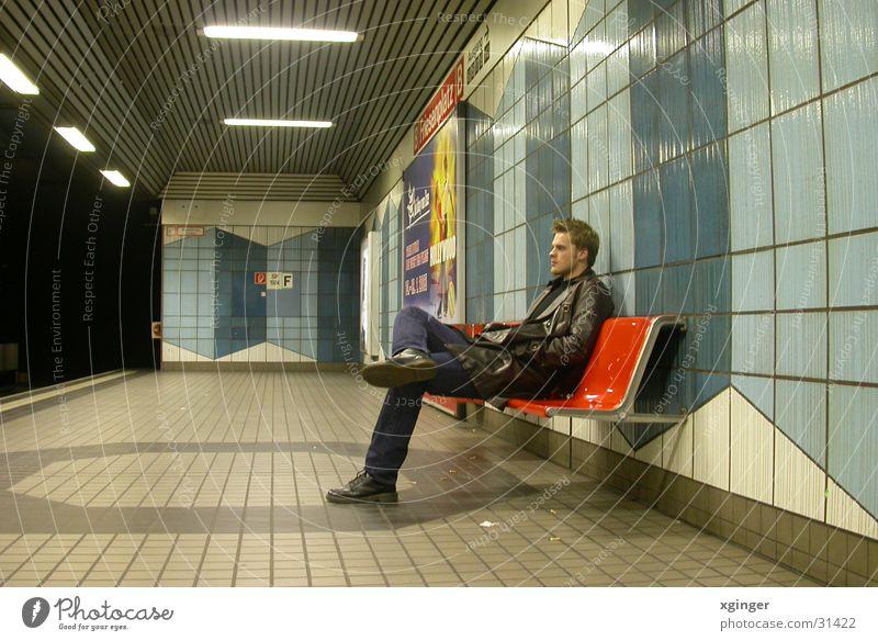 waiting for the train Mann ruhig Einsamkeit Denken warten Verkehr Bank U-Bahn