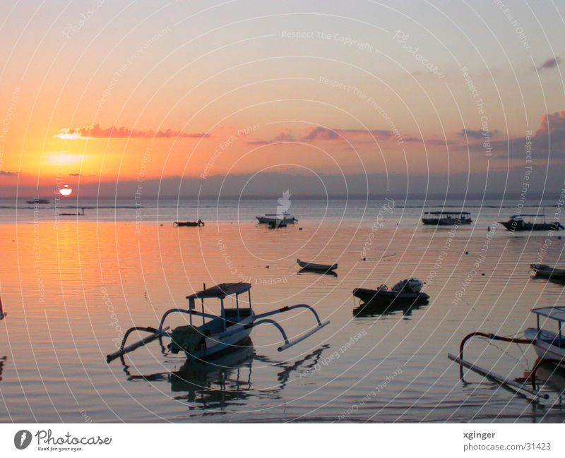 Sonnenuntergang auf Lembongan Meer Wasserfahrzeug Bali