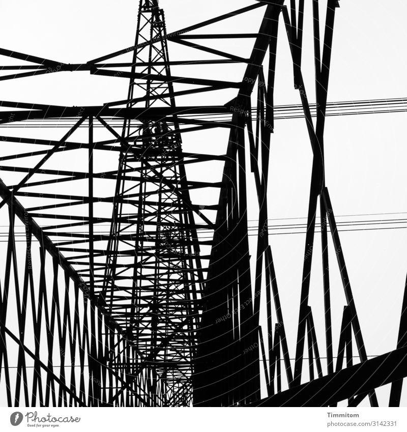 Metall himmelwärts Energiewirtschaft Technik & Technologie Linie ästhetisch kalt schwarz weiß Strommast Hochspannungsleitung Konstruktion Stromtransport