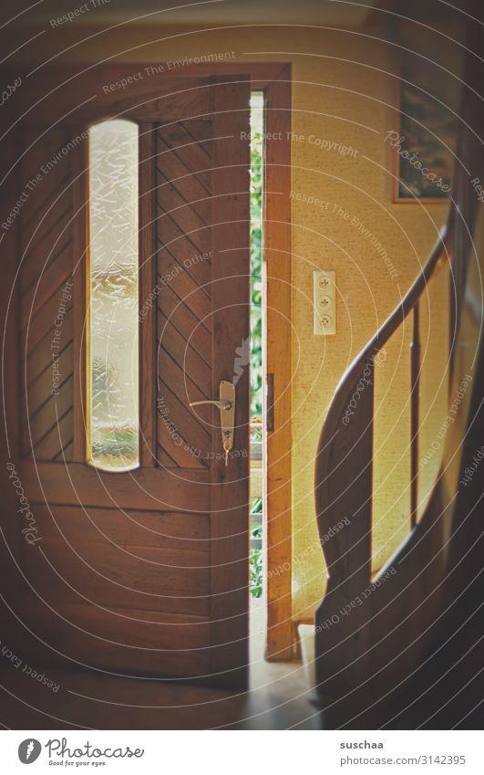 haustür, von innen Haus Wohnung Eingang Eingangstür Flur Treppe Holztür Geländer Treppengeländer Treppenhaus offen retro altbacken Lichtschalter herein Stufen