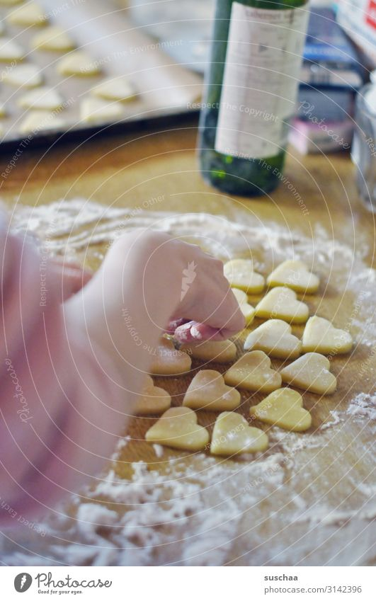 plätzchenbäckerin (2) Plätzchen Keks Weihnachtsgebäck Weihnachtsbacken Weihnachten & Advent Weinflasche Teigwaren herzförmig stechen lecker Zucker süß Süßwaren