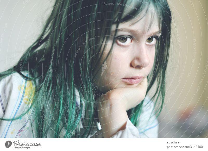 nachdenklich mit grünen haaren Kind Mädchen Gesicht Auge Erwachsene Kopf Denken Kindheit Karneval Langeweile Gedanke untergehen