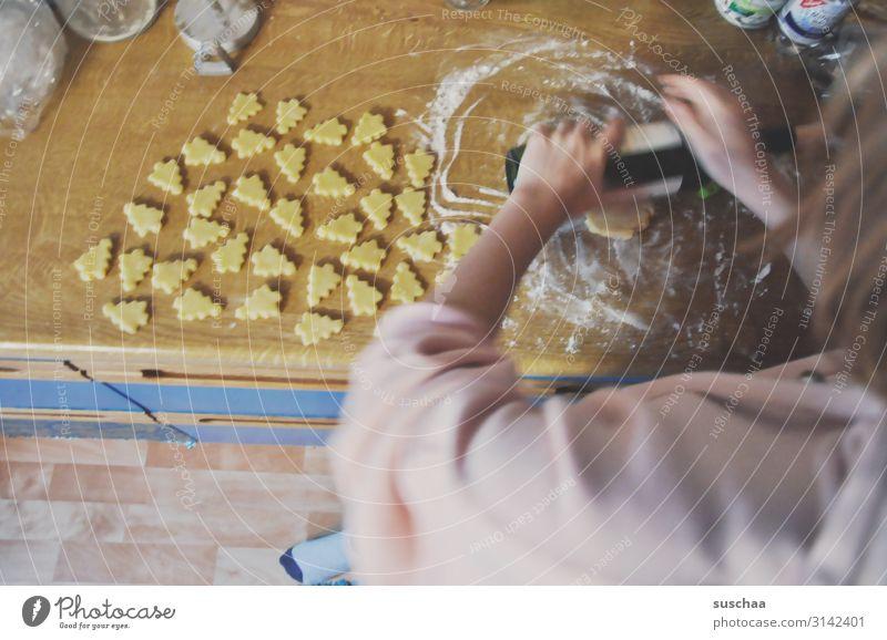 plätzchenbäckerin Plätzchen Keks Weihnachtsgebäck Weihnachtsbacken Weihnachten & Advent ausrollen Weinflasche Teigwaren Tannenbäumchen stechen lecker Zucker süß