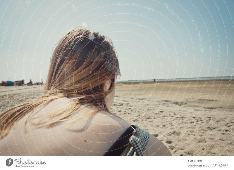 blick über die schulter einer jugendlichen in die weite der nordseeküste bei ebbe Mädchen Haare Schulter Rücken Jugendliche Kopf Strand Meer Küste Sand Weite
