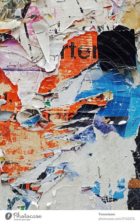 Bamberg News Kunst Mauer Wand Plakatwand Schriftzeichen hängen ästhetisch blau mehrfarbig rot weiß Gefühle Vergänglichkeit Papier kaputt Farbfoto Außenaufnahme